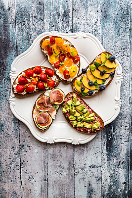 Various sandwiches, strawberry, fig, nectarine, avocado, tomato, on plate - p300m1537309 by Sandra Roesch