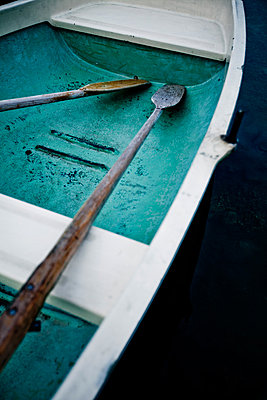 Paddel im Boot - p772m882558 von bellabellinsky