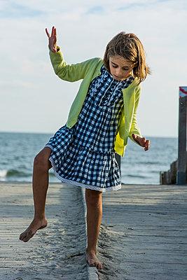 Mädchen am Meer - p829m982564 von Régis Domergue