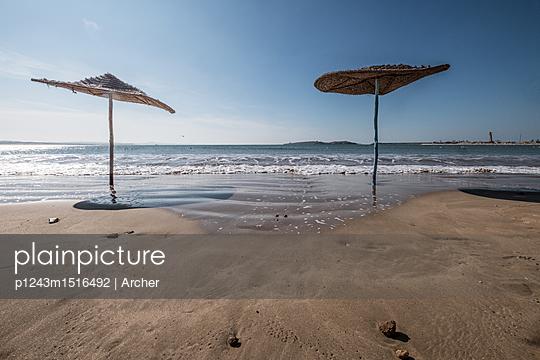 Sonnenschirme am Strand - p1243m1516492 von Archer