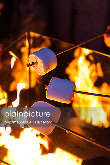 Roasting marshmallows - p427m1556504 by Ralf Mohr