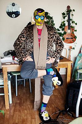 Man with owl mask wearing leopard print faux fur coat  - p1301m1525754 by Delia Baum
