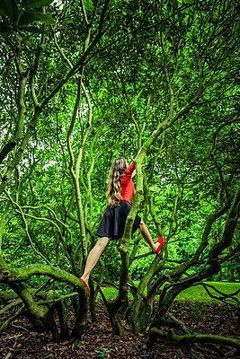 Frau in einem Gebüsch im Park - p248m2147881 von BY