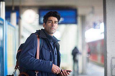Portrait of man waiting on platform - p300m1563080 by Sigrid Gombert