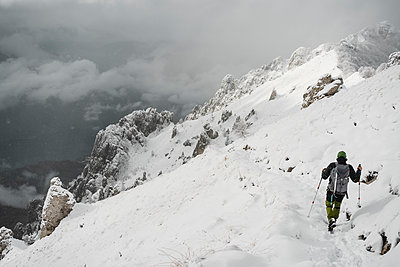 Mountaineer hiking, Italian Alps, Lecco, Lombardy, Italy - p300m2155581 by 27exp