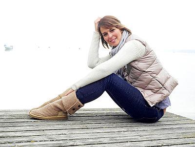 Frau sitzt auf einem Steg  - p6430075 von senior images