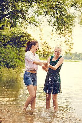 Feiern am Fluss - p904m932329 von Stefanie Päffgen