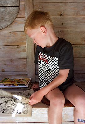 Toddler boy reading comic book - p972m1088575 by Patric Johansson