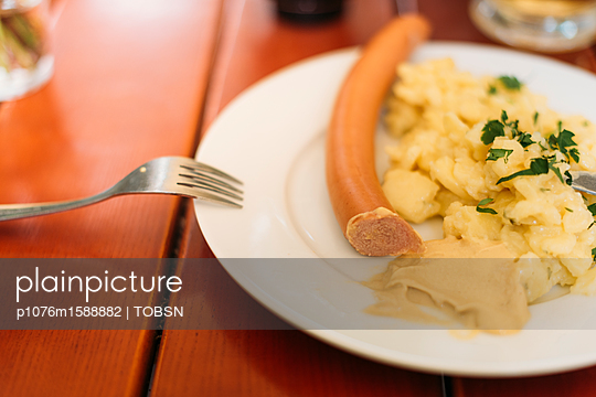 Wiener Würstchen mit Senf und Kartoffelsalat - p1076m1588882 von TOBSN