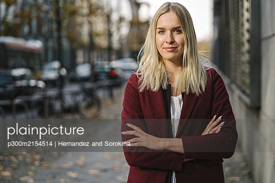 Portrait of blond businesswoman looking at camera - p300m2154514 by Hernandez and Sorokina