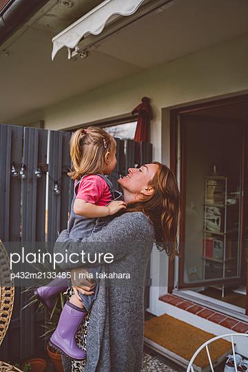 Mutter hält Tochter im Arm - p432m2133485 von mia takahara