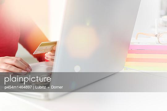 Im Internet einkaufen - p454m1464897 von Lubitz + Dorner
