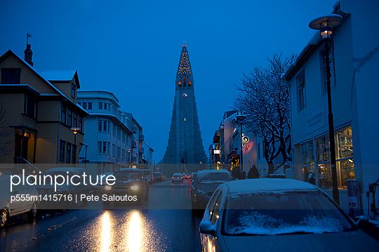 Monument overlooking Reykjavik city street at dusk, Hofudborgarsvaedi, Iceland - p555m1415716 by Pete Saloutos