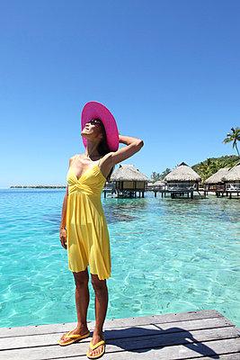 Woman holding sun hat - p045m669015 by Jasmin Sander