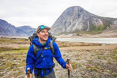Portrait of happy mountaineer in Akshayuk Pass, Baffin Island, Canada - p1166m2261224 by Cavan Images