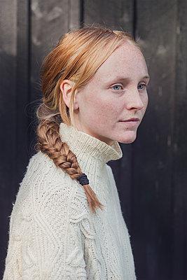 Portrait of a young woman - p1323m1590469 von Sarah Toure