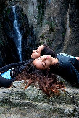 Girls on a rock - p1521m2065462 by Charlotte Zobel