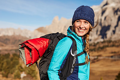 Portrait of happy young woman hiking in the mountains - p300m1562875 by Philipp Nemenz