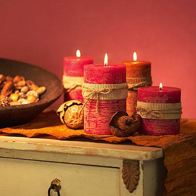 Vier rote Kerzen und Nüsse auf Kommode - p4736570f von STOCK4B-RF