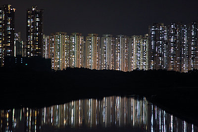 Hong Kong skyline at night - p664m2089837 by Yom Lam