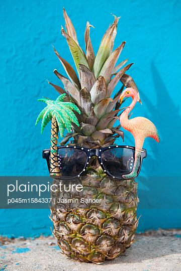 Ananas im Urlaub - p045m1584337 von Jasmin Sander