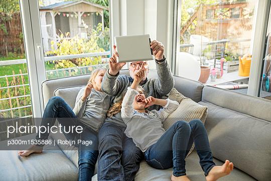 plainpicture | Photo library for authentic images - plainpicture p300m1535886 - Two happy girls and grandfa... - plainpicture/Westend61/Robijn Page