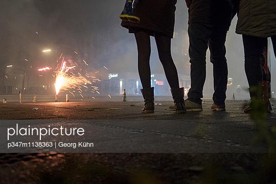 Feuerwerkskörper zu Silvester - p347m1138363 von Georg Kühn