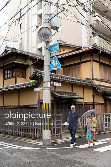 Father and two children in Kyoto - p756m2122744 by Bénédicte Lassalle
