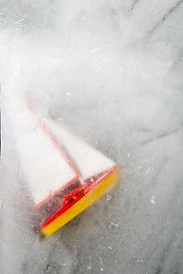 Eingefrorenes Segelboot - p451m1502028 von Anja Weber-Decker