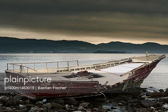 Ein heruntergekommenes, auf Grund gelaufenes, rotes Boot an der Küste von Molyvos auf der Insel Lesbos in Griechenland  - p1400m1463019 von Bastian Fischer