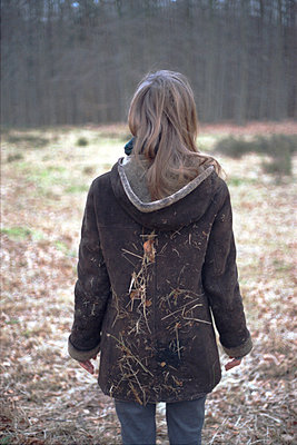 Frau im Wald - p1055m904039 von Joseph Charroy