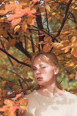Teenage girl in an autumn forest - p1323m2128491 von Sarah Toure