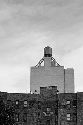 New York, Wasserturm auf Hausdach - p1338m2150946 von Birgit Kaulfuss