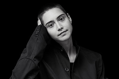 Black and white portrait of short-haired young woman - p300m2083492 by Jo Kirchherr