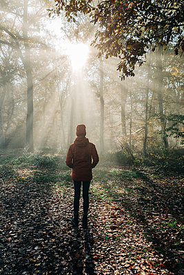 Woman in a clearing in the autumn forest - p713m2283574 by Florian Kresse