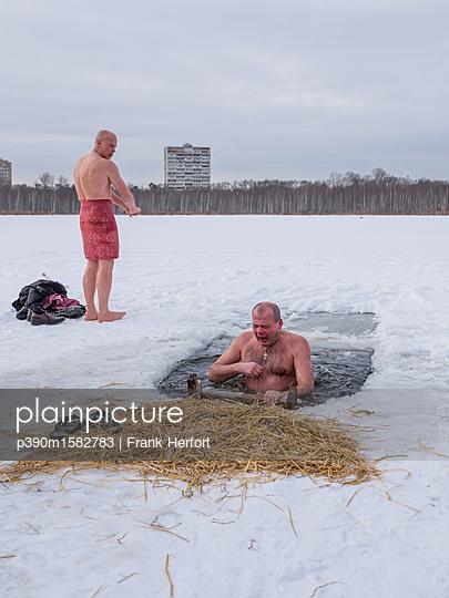 Russen beim Eisbaden in Moskau - p390m1582783 von Frank Herfort