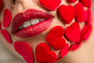 Rote Herzen auf dem Kinn einer Frau - p1301m1515065 von Delia Baum