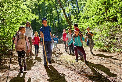 Kids on a field trip in forest - p300m1587630 von Zeljko Dangubic