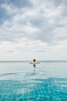 Rear view of woman in infinity pool, Koh Lanta, Thailand - p300m2166286 by Christophe Papke