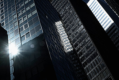 Row of skyscrapers in Manhattan, New York, USA - p301m960788f by Michael Mann
