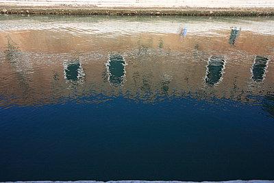 Spiegelung der Fassade - p4450012 von Marie Docher