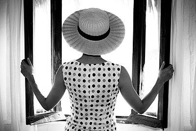 Glamorous woman opening windows - p555m1301833 by Jed Share/Kaoru Share