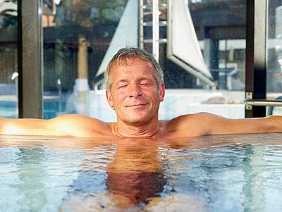 Mann im Whirlpool  - p6430321f von senior images RF