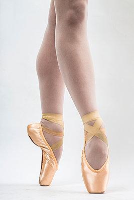 Ballet Dancer - p975m966796 by Hayden Verry