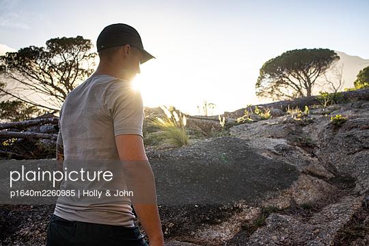 Sporty man hiking in rocky landscape - p1640m2260985 by Holly & John