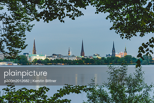 Germany, Hamburg, Outer Alster Lake with view to the city - p300m2012682 von Kerstin Bittner
