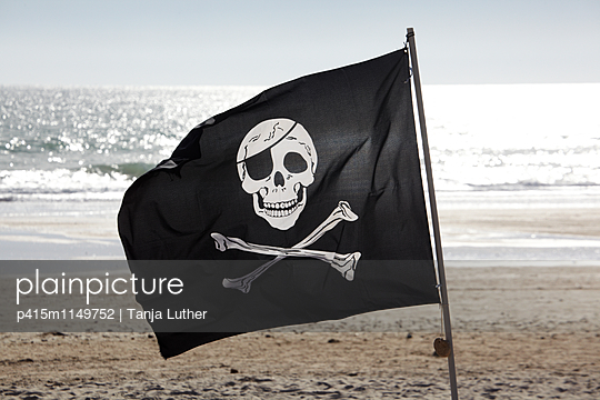 Piratenflagge am Strand - p415m1149752 von Tanja Luther