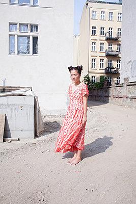 Junge Frau auf Baustelle - p1429m2015702 von Eva-Marlene Etzel
