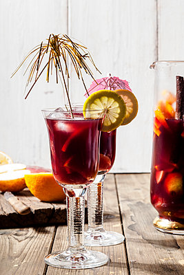 Decorated glasses of Sangria with fresh fruits - p300m2023570 von Susan Brooks-Dammann