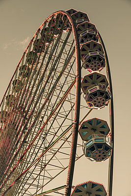 Ferris wheel - p401m1225589 by Frank Baquet